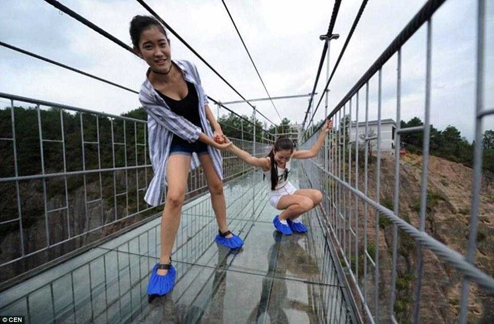 Así es la pasarela de vidrio más alta del mundo