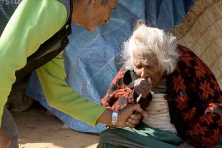 Starica daje pušenje