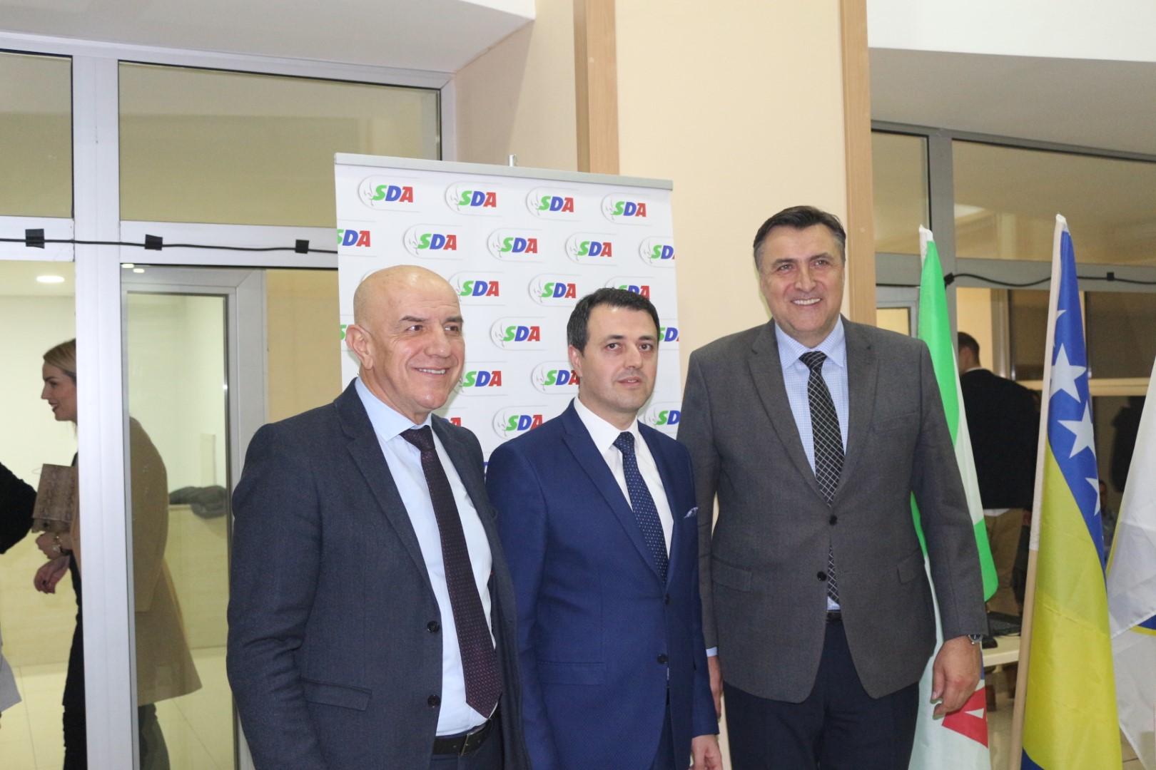 Novi predsjednik GO SDA Visoko Mirza Ganić sa Miralemom Galijaševićem i Nerminom Mandrom